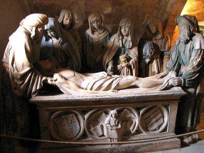 Ne ratez pas dans l'église la célèbre sculpture, Mise au Tombeau du Christ (Mon secret : le matin, la lumière montante du soleil illumine les visages… Magnifique !)