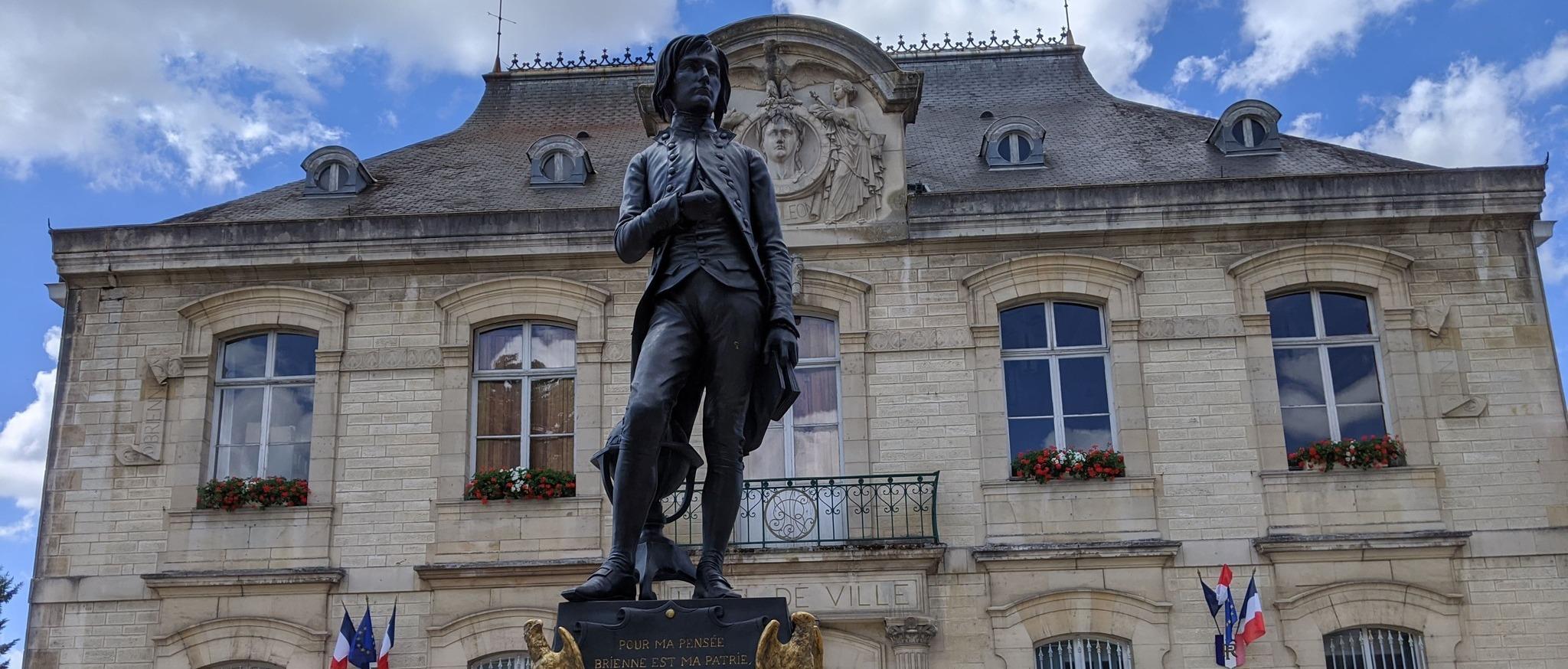 Grands Lacs de Champagne - Hôtel de ville et statue ©A. Loison (11) (1) (1) (1)