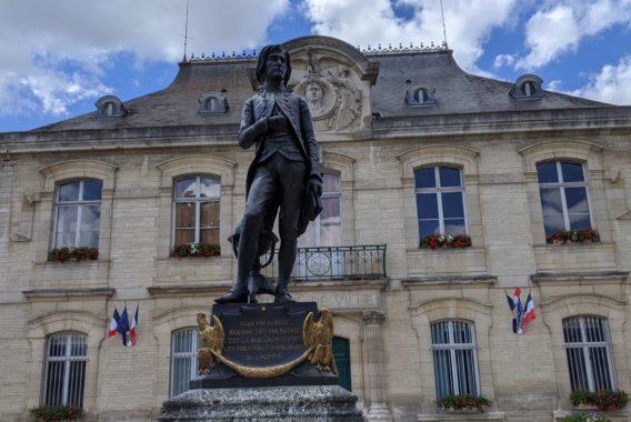 Grands Lacs de Champagne - Hôtel de ville et statue ©A. Loison (11) (1)